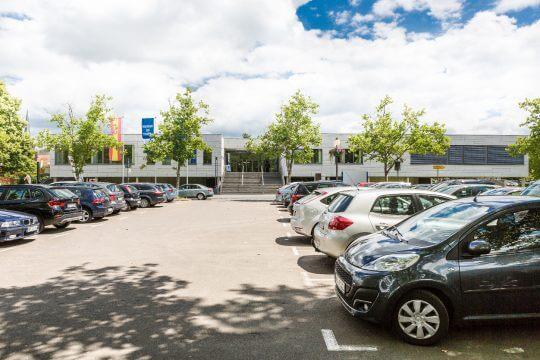 MFS_Au·enansicht_Haupteingang Parkplatz